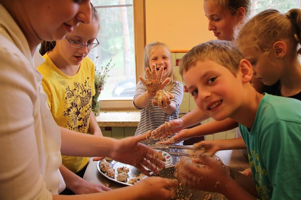 Vaikai gamina desertus
