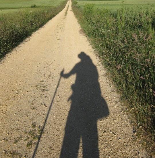 Keliautojo šešėlis ant žvirkelio