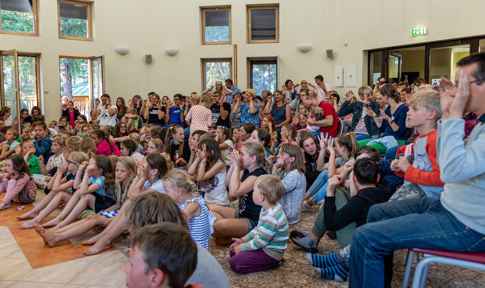 Žiūrovai šeimų stovyklos talentų vakare