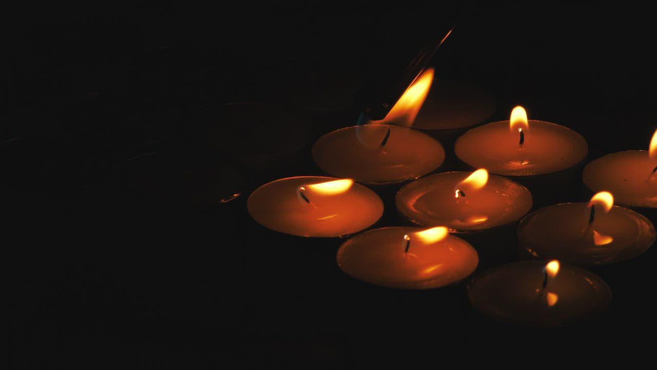 Žvakelių iliustracija atspindinti Šv. Mišias už mirusiuosius