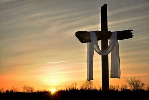 Kryžius ant kalno su balta juosta