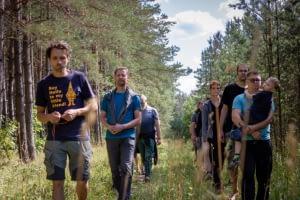 Vyrų žygsis miške šeimų stovykloje